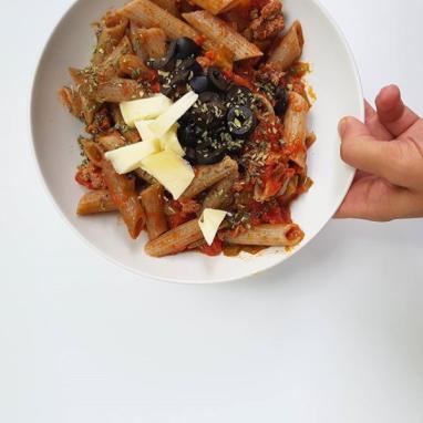 Pasta con tomate, pimientos y aceitunas negras